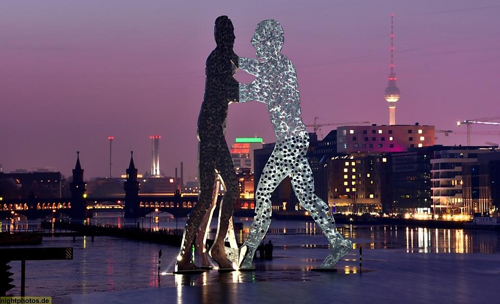 Berlin Treptow Molecule Man Monumetnalkunstwerk von Jonathan Borofsky errichtet 1999