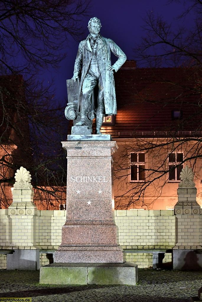 Neuruppin Karl Friedrich Schinkel Denkmal von Max Wiese errichtet 1881-1883 auf dem Kirchplatz