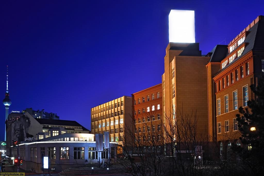 Berlin Prenzlauer Berg Sportstudio im ehemaligen Kaufhaus Jonass vor dem Gewerbezentrum 'Backfabrik'