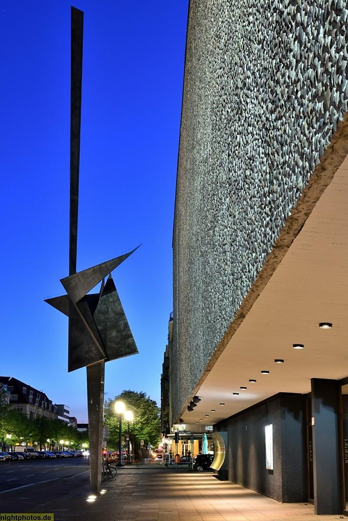 Berlin Charlottenburg Skulptur von Hans Uhlmann vor Deutscher Oper erbaut 1957-1961 von Fritz Bornemann
