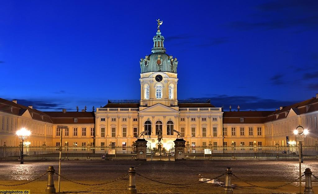 Berlin Schloss Charlottenburg Ursprungsbau 1699 von Johann Arnold Nering. Heutiges Aussehen durch Erweiterungen von Langhans und Knobelsdorff. Stadtseite