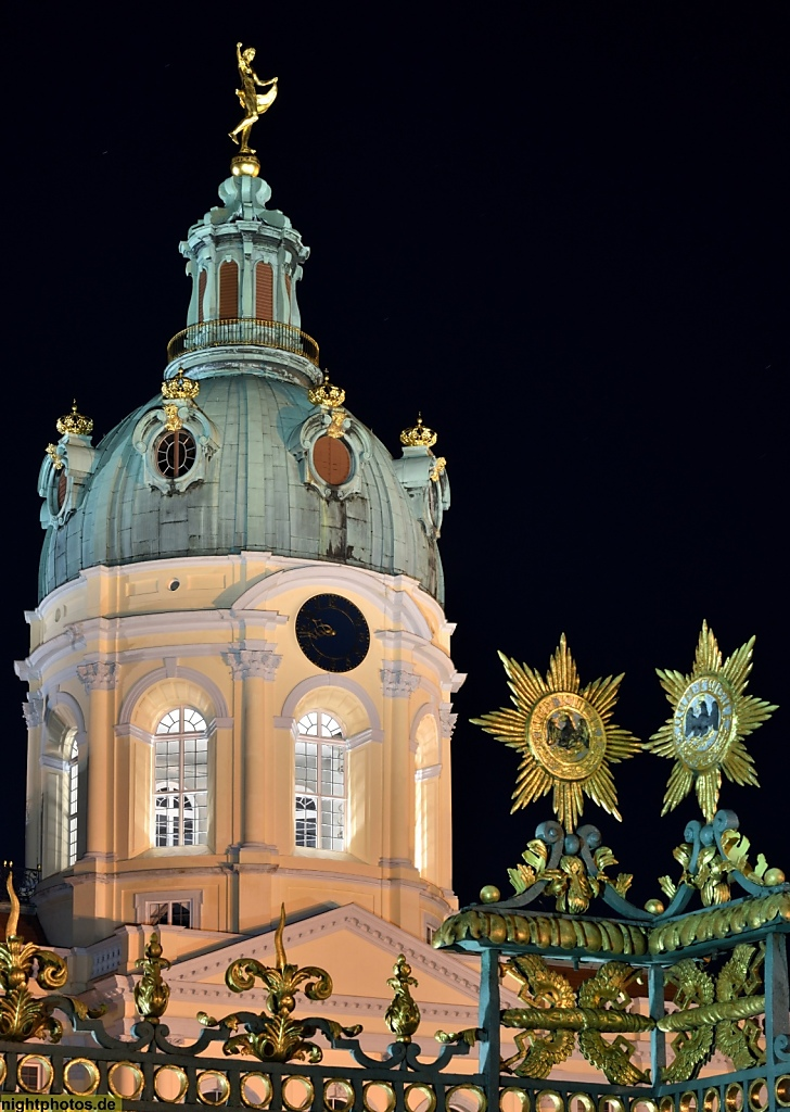 Berlin Schloss Charlottenburg Ursprungsbau 1699 von Johann Arnold Nering. Heutiges Aussehen durch Erweiterungen von Langhans und Knobelsdorff. Kuppel hinter Zaun
