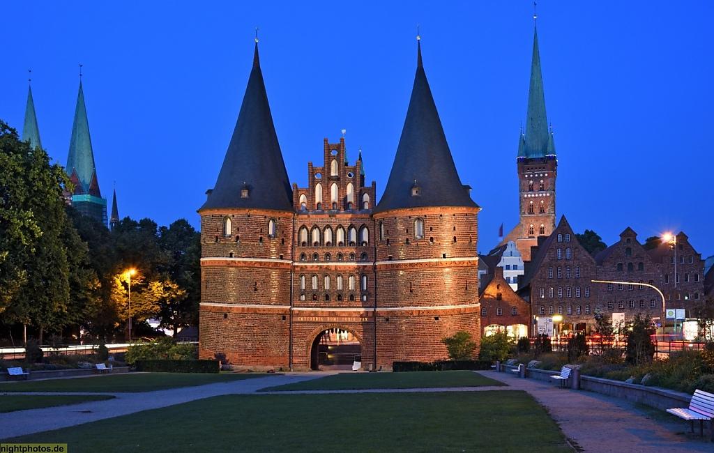 Lübeck Holstentor erbaut 1478 als Teil der Stadtbefestigung. Restauriert 2006. Feldseite