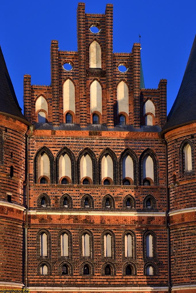 Lübeck Holstentor erbaut 1478 als Teil der Stadtbefestigung. Mittelbau mit Stufengiebel. Feldseite
