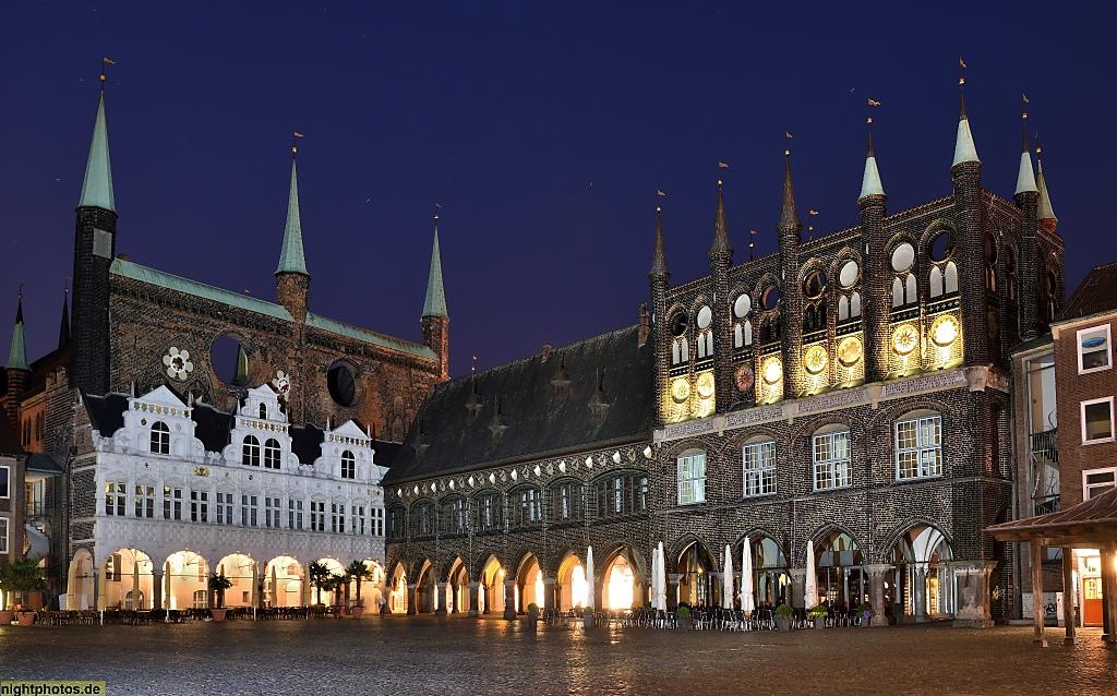 Lübeck Rathaus erbaut ab 1230 Langes Haus erbaut 1288-1308 Prachtfassade mit Wappen erbaut 1440-1444. Weisser Renaissancebau erbaut 1570-1571 aus Sandstein
