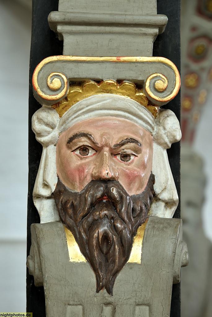 Lübeck Dom. Erbaut romanisch 1173-1230. Renaissance-Kanzel errichtet 1586 von Hans Fleming. Kanzelzaun. Baluster Schnitzfigur