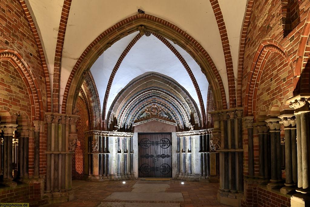 Lübeck Dom erbaut romanisch 1173-1230 mit spätromanischer Vorhalle 'Paradies' von 1254-1259