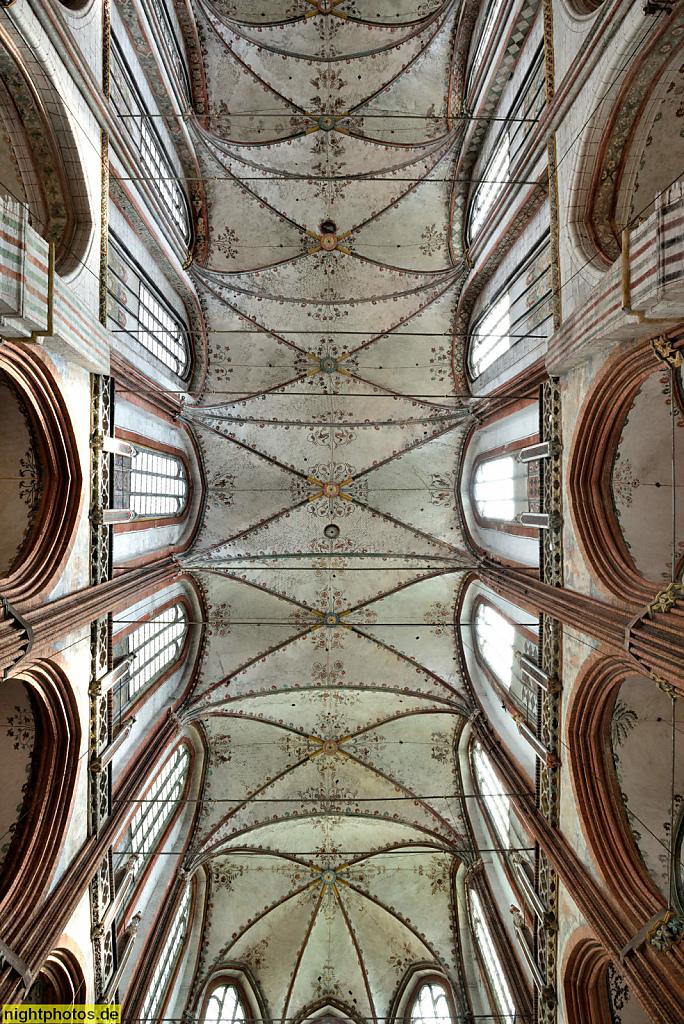 Lübeck Marienkirche erbaut 1277-1351 in norddeutscher Bachsteingotik. Innenaufnahme Hauptschiff Deckengewölbe