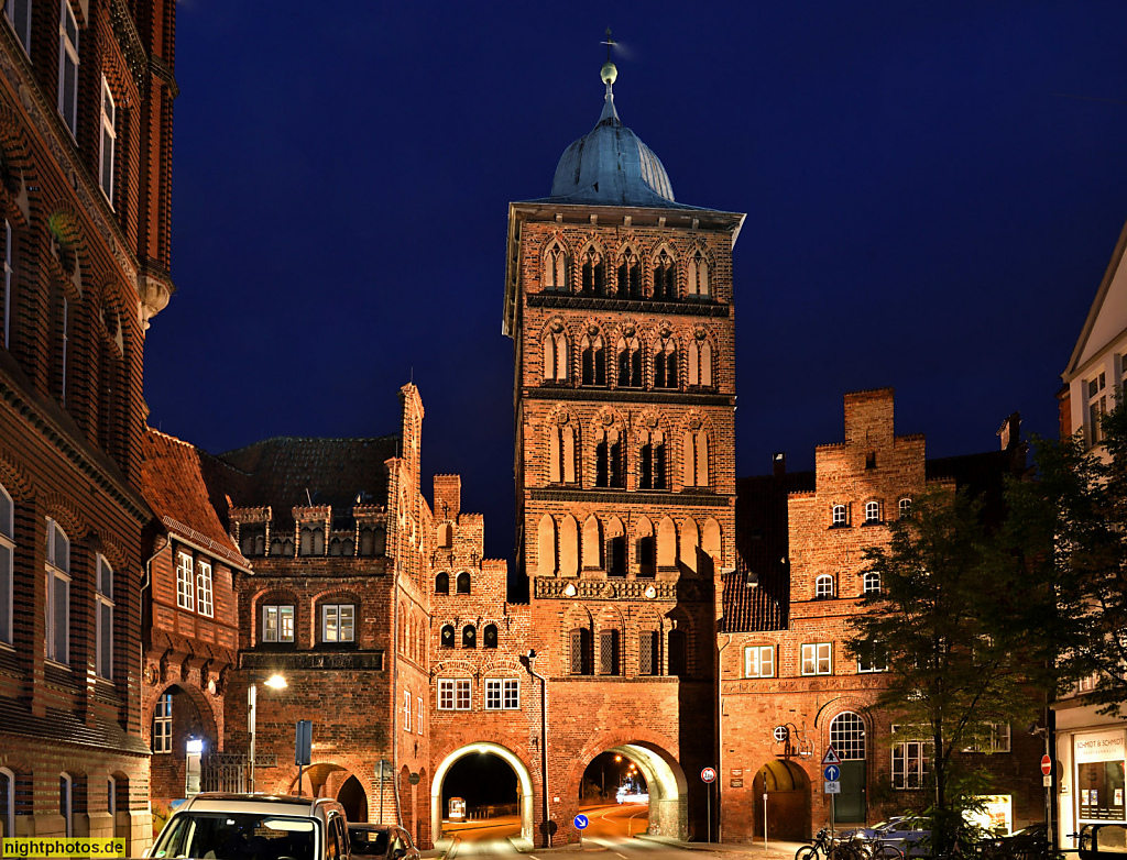 Lübeck Burgtor erbaut 1444 vom Stadtbaumeister Nicolas Peck. Teil der Lübecker Burg. Marstall (links) Zöllnerhaus (rechts)