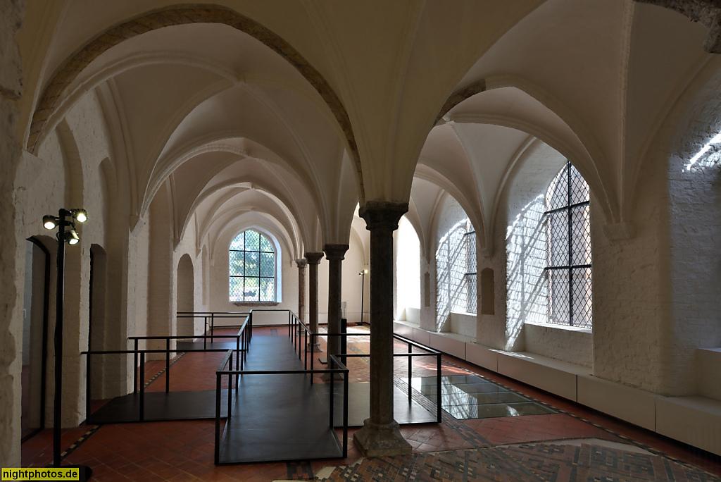 Lübeck Maria-Magdalenen-Kloster. Burgkloster des Dominikanerorden 1227-1531. Hospital. Bodenfenster für Blick in Heizkeller