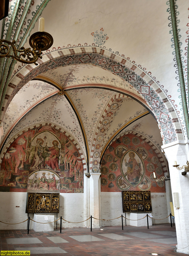 Lübeck Koberg Heiligen-Geist-Hospital erbaut 1286 als Sozialeinrichtung. Kirche. Wandmalerei von 1320-1325 'Erhöhung Marias' (links) u 'Christus Salvator Mundi' (rechts)