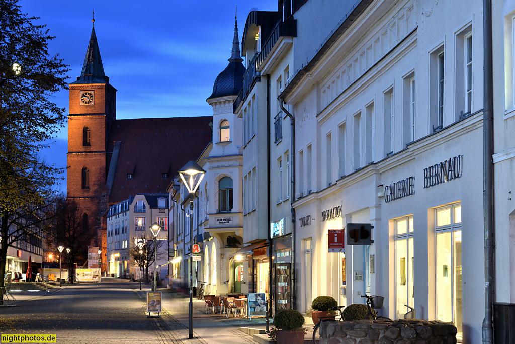 Bernau Bürgermeisterstrasse mit Stadtpfarrkirche St Marien. Erbaut 1240 als romanische Basilika. Umbau zur spätgotischen Hallenkirche 1400-1519