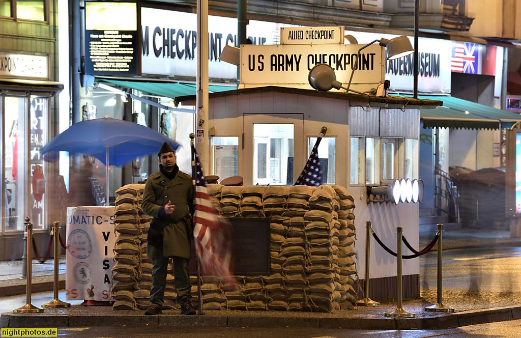 Berlin Kreuzberg Haus am Checkpoint Charlie mit Nachbildung der Grenzkontroll-Baracke und Grenzsoldat