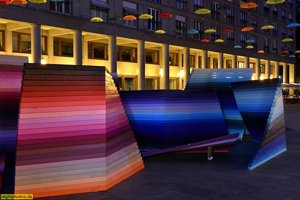 Berlin Charlottenburg Leibniz-Kolonnaden am Walter-Benjamin-Platz erbaut 1997-2000 von Hans Kollhoff. Farblabyrinth 'The Colormaze'