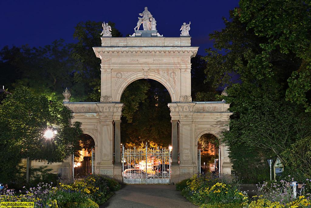 Berlin Pankow Bürgerpark Renaissanceportal errichtet 1865. Landschaftspark gestaltet 1863-1864 von Wilhelm Perring für Zeitungsverleger Hermann Killisch-Horn. Parkseite