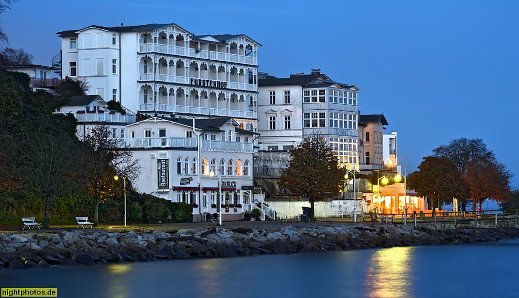 Rügen Sassnitz Strandpromenade mit Hotel Fürstenhof erbaut 1901 restauriert 1999-2000. Restaurant Fährblick